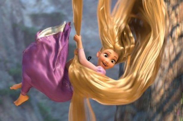 自分の髪をロープ代わりにして塔から降りてくるラプンツェル