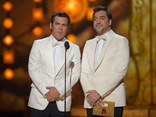 ジョシュ・ブローリン(左)とハビエル・バルデム(右)が見せた一瞬のパフォーマンスとは?