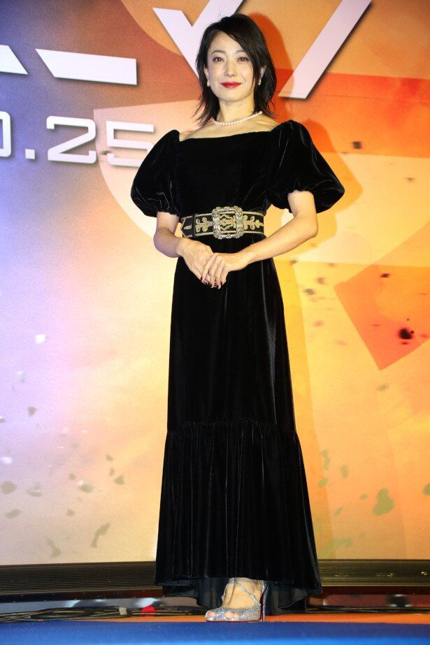 【写真を見る】菅野美穂はデコルテが美しい黒のドレスで登壇