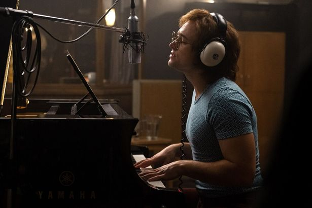タロンが吹替え無しで歌やピアノ演奏を披露する