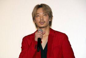 真っ赤なスーツの綾野剛、『楽園』鑑賞後の観客を「僕たちのことが心配になると思うけれど…」と思いやる