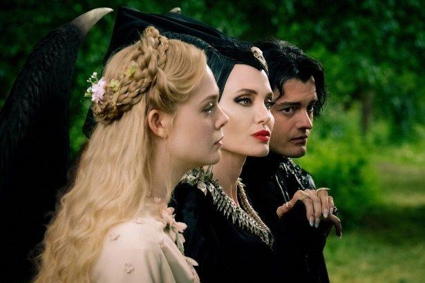 美しく成長したオーロラ姫(エル・ファニング)と、マレフィセントに仕えるカラスのディアヴァル(サム・ライリー)