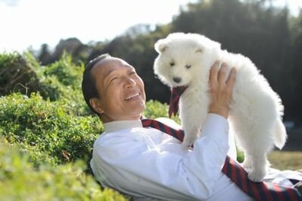 本人は大の犬好きの小日向文世が、名前に反して犬嫌いの犬飼役を演じる