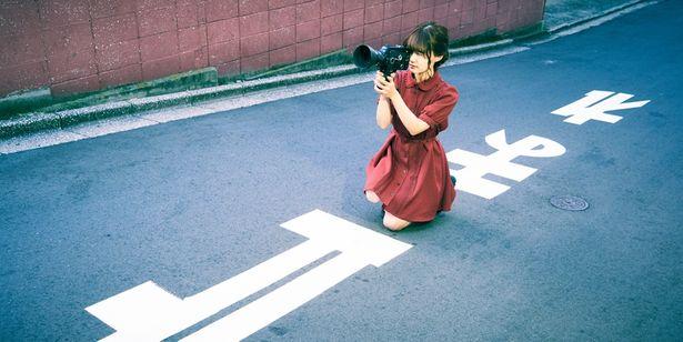 【写真を見る】今回は映画にかけて「引っ越し」をテーマに尾崎さんを撮り下ろし!