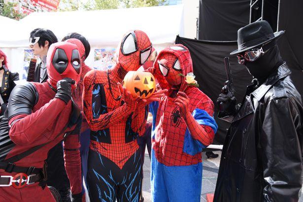 スパイダーマンやデッドプールに扮したコスプレイヤーが勢ぞろい!