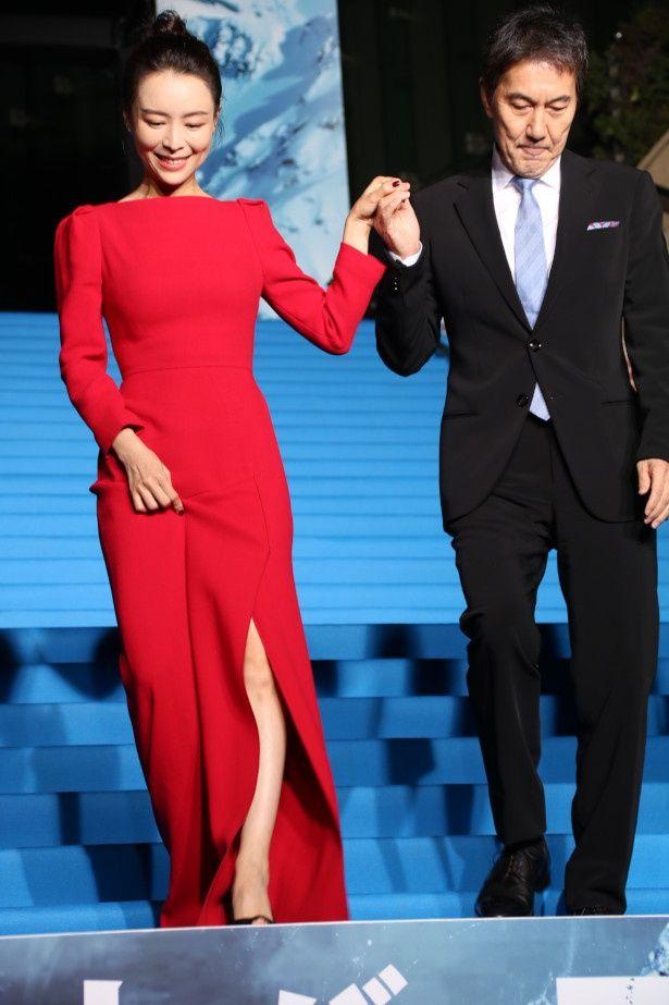 【写真を見る】役所広司がセクシーなスリットドレスのチャン・ジンチューをエスコート