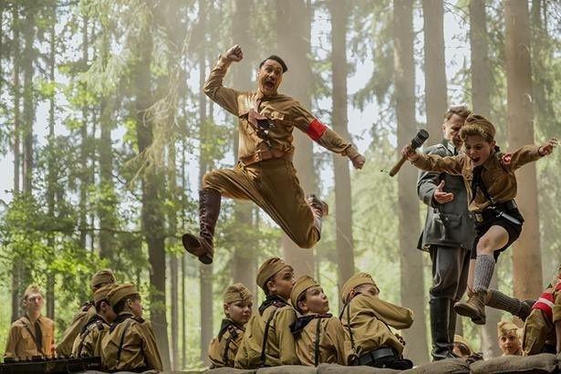 【写真を見る】「マイティ・ソー」の監督がヒトラー役に!?ポップな映像で戦争と初恋を描く