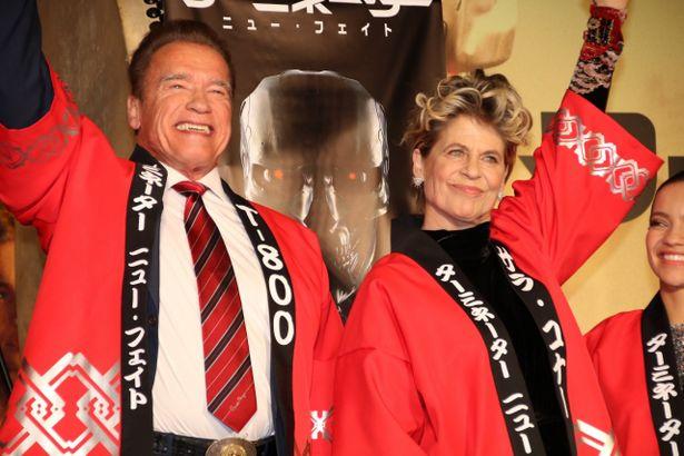はっぴを着て大喜びのアーノルド・シュワルツェネッガーとリンダ・ハミルトン