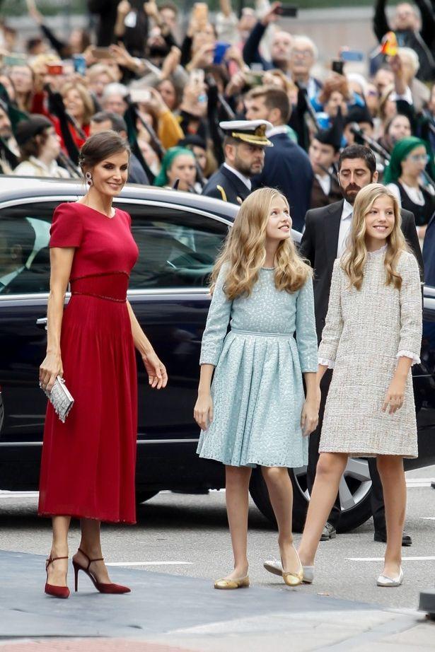 普段淡いコーデが多い王女たち、赤を着るのは母であるレティシア王妃だった