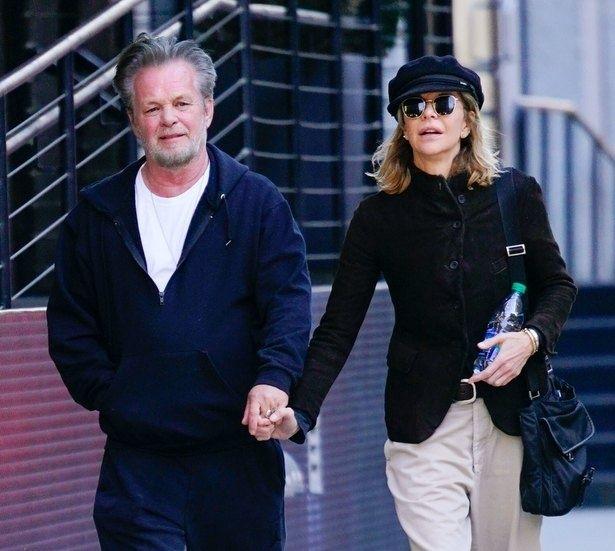 【写真を見る】8年越しの恋人と婚約解消したメグ・ライアンの左手に指輪が…