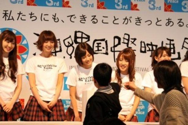 募金活動に参加した前田敦子ほかAKB48のメンバー