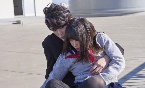 【写真を見る】間宮祥太朗が桜井日奈子を抱きかかえる胸キュンシーン