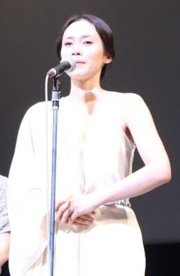 主演した『阪急電車 ~片道15分の奇跡~』で涙ぐみながら被災地への思いを語った中谷美紀