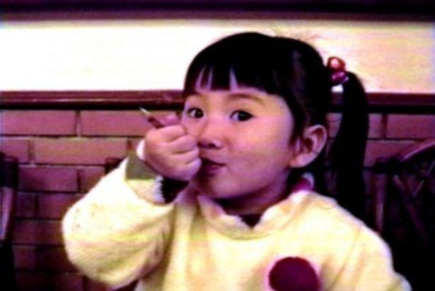 【写真をもっと見る】幼いソナがアイスクリームをほお張る表情が愛らしい
