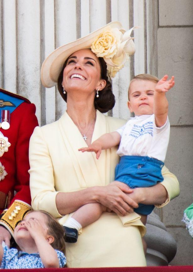 キャサリン妃とルイ王子がモンキーとダンス?