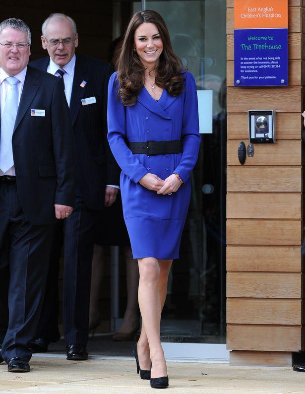 初めて公の場でスピーチをした際に着ていたのは、ブルーのミディ丈ドレス