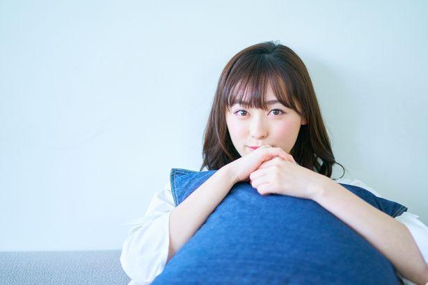 【写真を見る】福原遥、クッションを抱きしめてキュートすぎる笑顔!