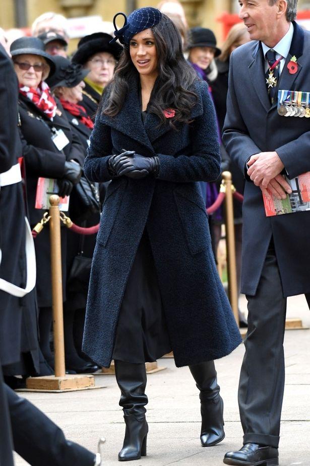 戦没者追悼記念日の関連行事では、ラップコートのベルトでわざとお腹のふくらみを強調?