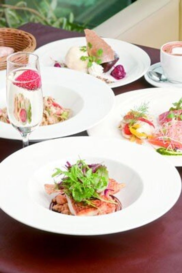 ドリンクの注文代金の5%がチャリティになる「オッティモ シーフード ガーデン」の「シェフおすすめランチコース」(2500円)。前菜盛り合わせ、パスタ、本日の魚or肉料理、デザート2種盛り合わせなどが並ぶ。グラス スプマンテ 季節の果実を添えて(630円、別料金)とともに