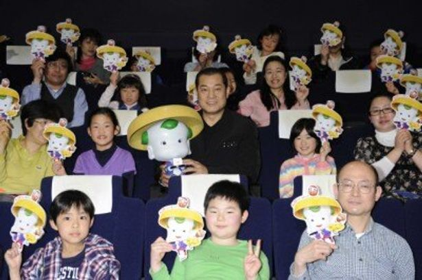 『豆富小僧 3D版』の親子試写会に登場した松平健