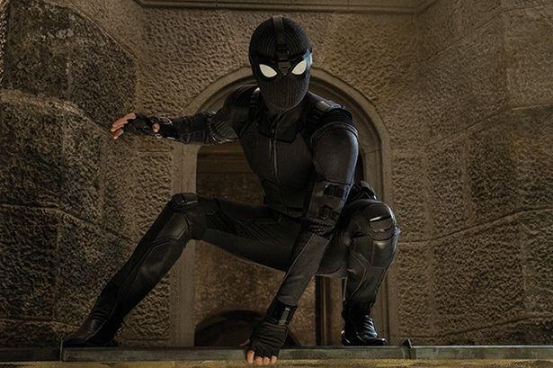 ステルス・スーツのデザインはシールドの存在が感じられるようにホークアイやブラック・ウィドウを意識したという