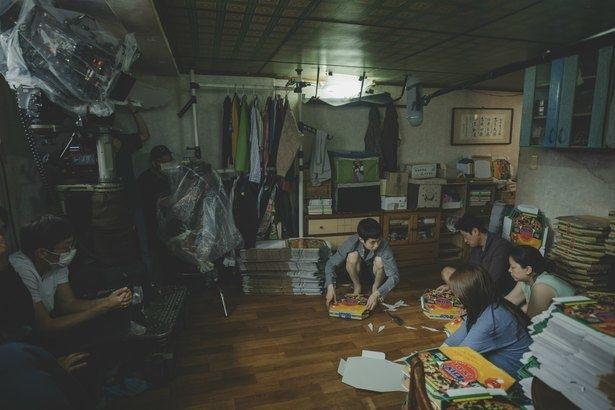 本作のプロダクション・デザインを務めたのはポン・ジュノ監督と2度目のタッグとなるイ・ハジュン