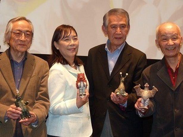 完成記者会見に登場した、左から、飯島敏宏監督、桜井浩子、佐原健二、西條康彦