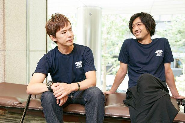 談笑する柴田と谷口。2人が演じたダイモンとナガレがクローズアップされた第3話「爆破された兄弟愛(きずな)」は序盤で兄弟の関係性が掘り下げた名エピソードだ