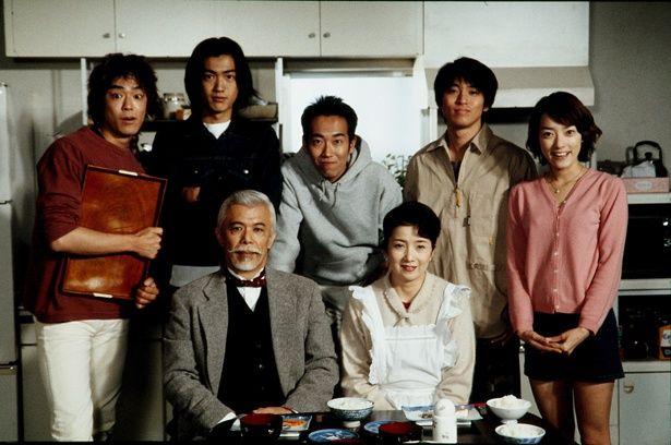 第50話より、5人の父・巽モンド(マイク眞木)、母・巽律子(吉沢京子)を囲んでの巽ファミリーショット。全話通して見れば、家族の絆と兄弟の成長のドラマに、感慨一入!