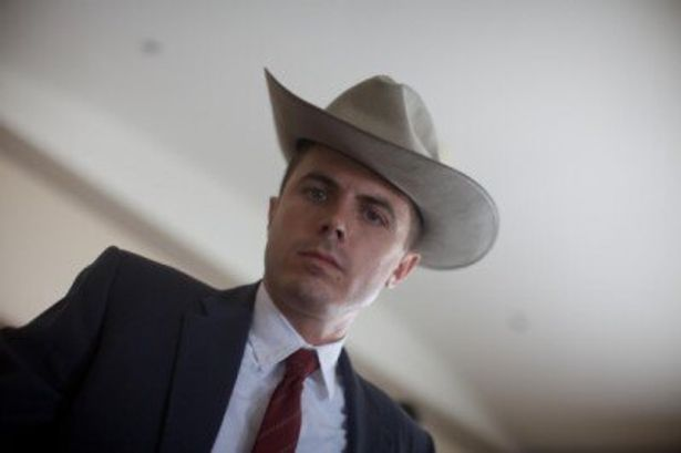 【写真】保安官助手ルー(ケイシー・アフレック)は物腰が柔らかくて愛想が良いと評判だったが
