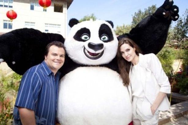 『カンフー・パンダ2』ワールドメディアキャンペーンに登壇した、左から、ジャック・ブラック、主人公ポー、アンジェリーナ・ジョリー