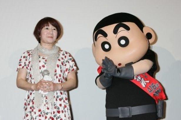初日舞台あいさつに登壇した主人公しんのすけを演じる矢島晶子(写真左)