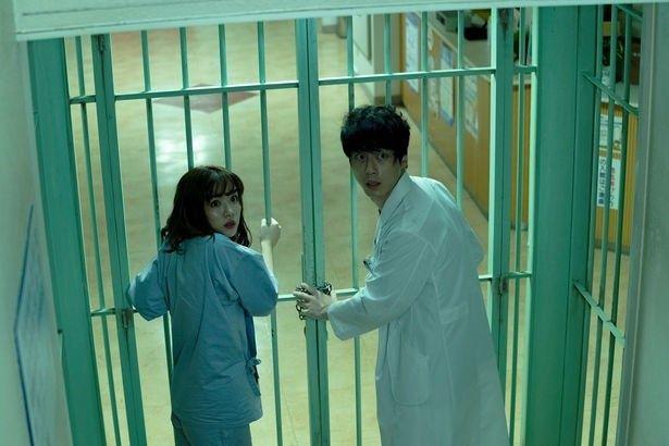 """【写真を見る】""""囚われの身""""となった坂口と永野が、緊迫感あふれる迫真の演技を魅せる!"""