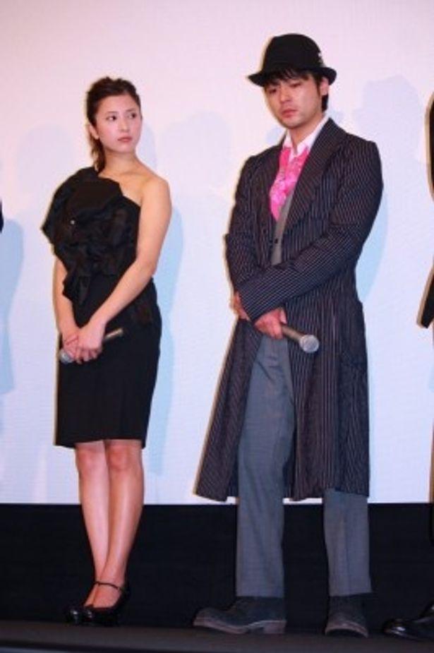 【写真をもっと見る】吉高由里子はワンショルダーのゴージャスな黒いミニワンピースで登壇