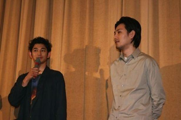 映画「まほろ駅前多田便利軒」の初日舞台あいさつに出席した瑛太、松田龍平(写真左から)