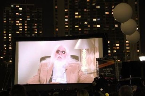 『The Union』のもう一人の主役レオン・ラッセルもビデオを通じて会場のファンに挨拶