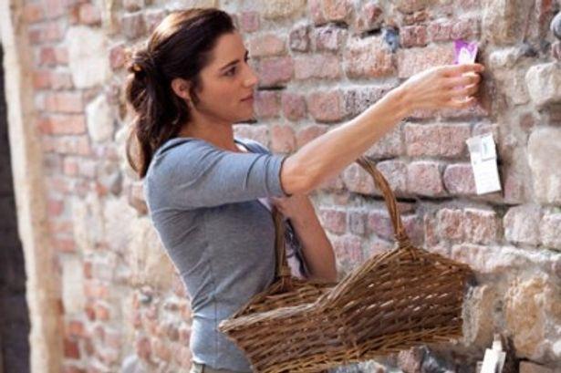 壁に貼り付けられた手紙はジュリエットの秘書たちによって回収される