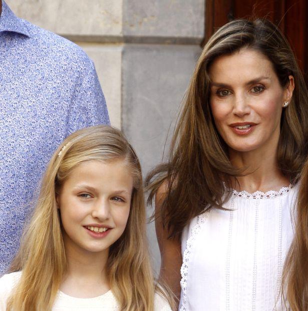 レティシア王妃の娘、レオノール王女が母のコートを着てお出かけ!