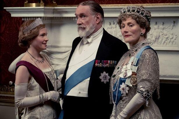 貴族らしい絢爛豪華すぎるファッションが人気の要因だ