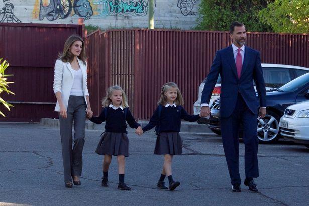 2012年に両親のレティシア王妃、フェリペ6世と手を繋いで登校する姉妹