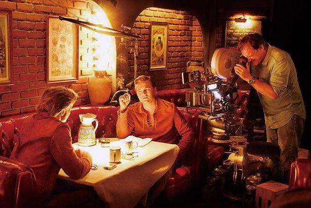 タランティーノは映像に60年代らしさを出すため、16mmと35mmのフィルムを使い分けて撮影した