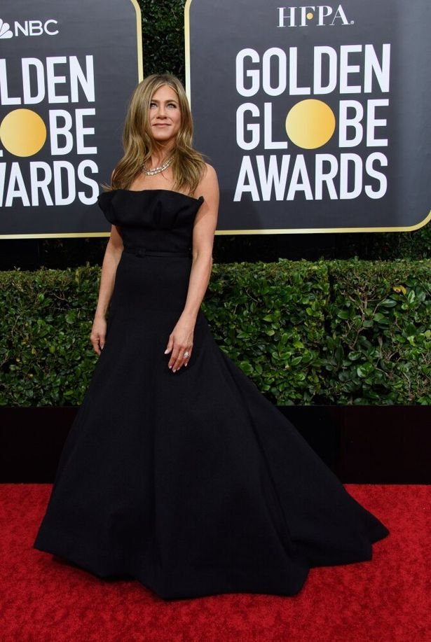 ジェニファー・アニストンは、シンプルながら胸元のフリルがポイントのドレス