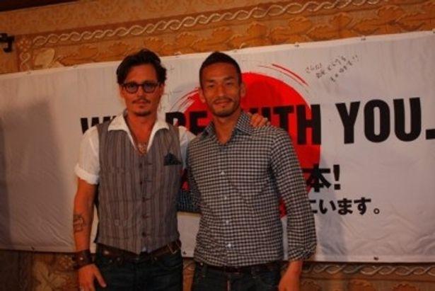 日本メディア用特別記者会見に出席したジョニー・デップと中田英寿