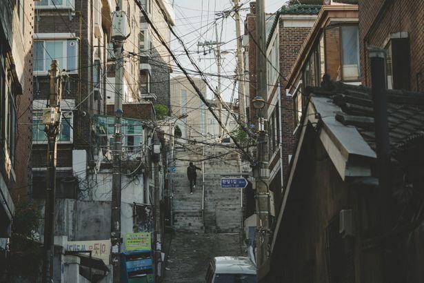 脚本をもとに、ソウルの古い街並みについて膨大な資料を探したのだとか
