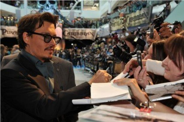 ファン3000人にサインや握手などをするジョニー・デップ