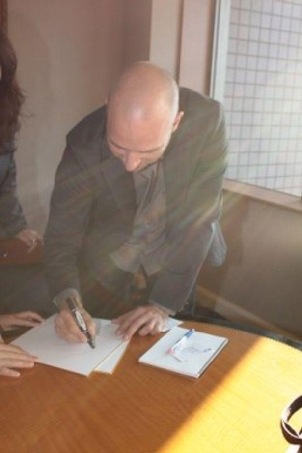 気さくにサインにも応じてくれたアク・ロウヒミエス監督