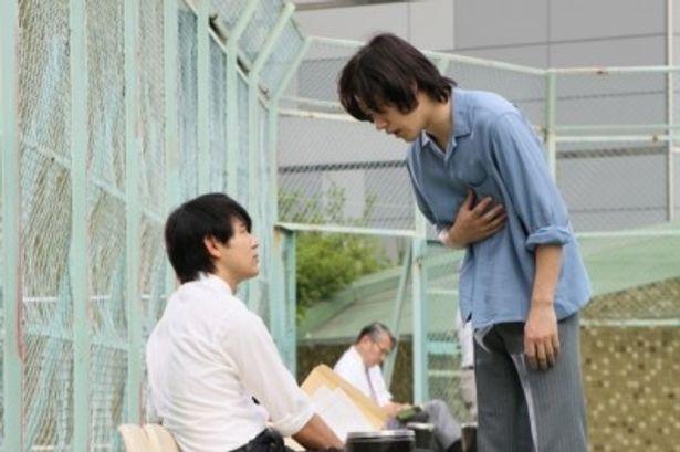 妻夫木聡(左)はジャーナリストの沢田を、松山ケンイチ(右)は事件の鍵を握る謎の活動家・梅山を演じる