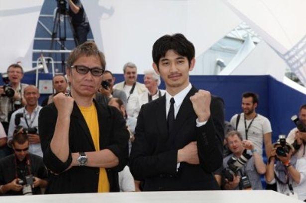 第64回カンヌ国際映画祭に出席した、三池崇史監督と瑛太
