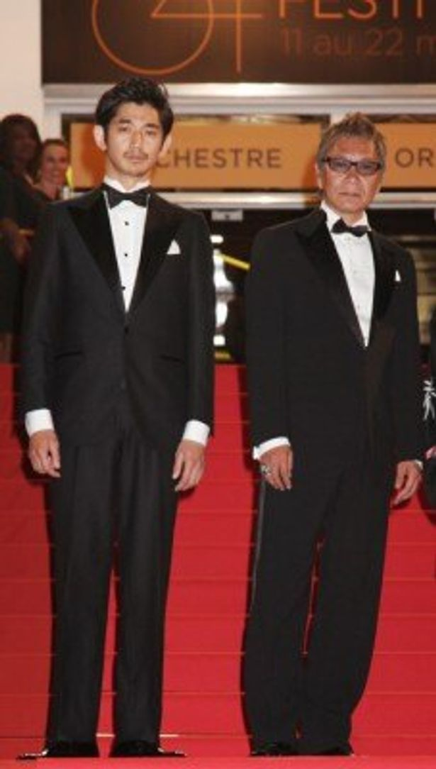 【写真】華々しくレッドカーペットを歩いた瑛太と三池崇史監督