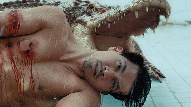 『THE POOL ザ・プール』のクロコダイルは体長2mとやや小ぶりだが、プールで泳ぐ人々を強靭なアゴで襲う